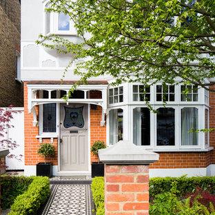 Idéer för att renovera en mellanstor vintage ingång och ytterdörr, med röda väggar, klinkergolv i keramik, en enkeldörr och en brun dörr