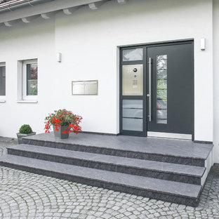 Moderne Haustür mit weißer Wandfarbe, Granitboden, Einzeltür und grauer Tür in Hamburg