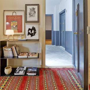 Ejemplo de puerta principal contemporánea con paredes beige, puerta simple y puerta negra