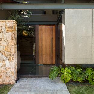 Modelo de puerta principal contemporánea con paredes grises, puerta simple y puerta de madera en tonos medios