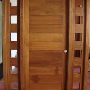 Ispirazione per una piccola porta d'ingresso chic con una porta singola, pareti bianche, pavimento in terracotta e una porta in legno scuro