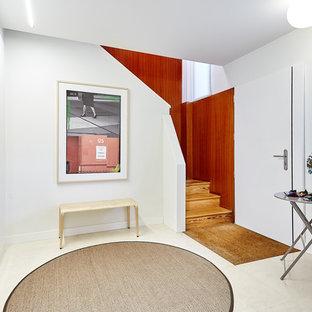 Ejemplo de distribuidor contemporáneo, pequeño, con paredes blancas, puerta simple, puerta blanca y suelo blanco