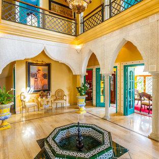 セビリアの地中海スタイルのおしゃれな玄関ロビー (黄色い壁) の写真