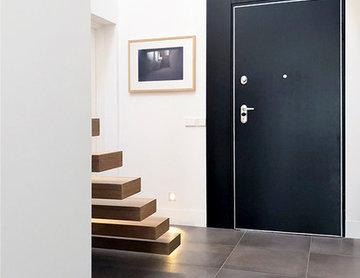 Hall, hacia la puerta de acceso