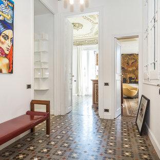 Ejemplo de entrada bohemia, de tamaño medio, con paredes blancas, puerta simple, puerta de madera en tonos medios y suelo de baldosas de cerámica