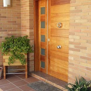 Idées déco pour une porte d'entrée campagne de taille moyenne avec un mur marron, une porte simple et une porte en bois brun.