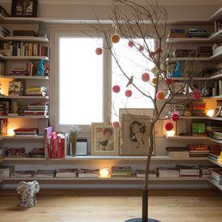 Неиссякаемый источник вдохновения для домашнего уюта: большая узкая прихожая в современном стиле с белыми стенами, паркетным полом среднего тона и входной дверью из светлого дерева