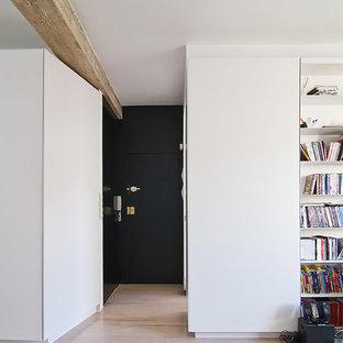 Imagen de distribuidor escandinavo, de tamaño medio, con paredes blancas, suelo laminado, puerta simple, puerta negra y suelo beige