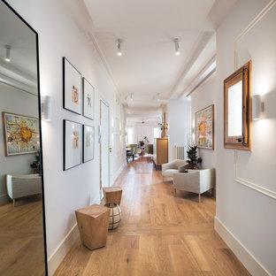 Diseño de hall clásico renovado, grande, con paredes blancas y suelo de madera clara