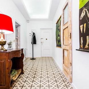 Ejemplo de hall mediterráneo, de tamaño medio, con paredes blancas, suelo de baldosas de cerámica, puerta simple y puerta blanca