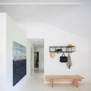 Inspiration för en funkis entré, med vita väggar, ljust trägolv och beiget golv