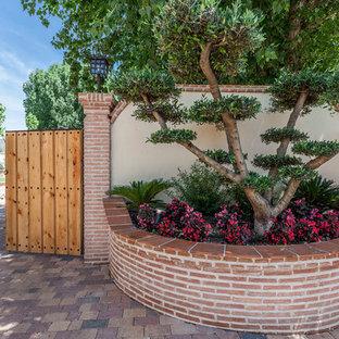 Imagen de puerta principal rural, de tamaño medio, con puerta doble y puerta de madera en tonos medios