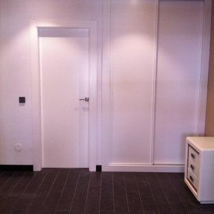 Cette photo montre un hall d'entrée chic de taille moyenne avec un mur blanc, une porte simple et une porte blanche.