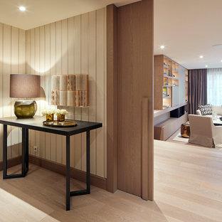 Ispirazione per un ingresso o corridoio minimal con parquet chiaro, una porta scorrevole e una porta in legno chiaro