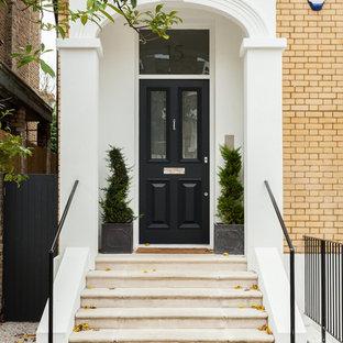 Klassische Haustür mit Einzeltür und schwarzer Tür in London