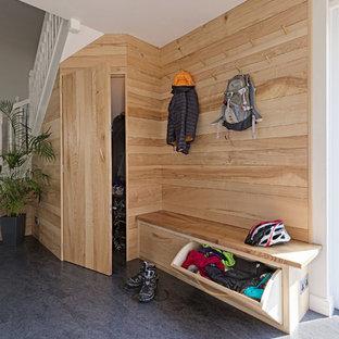 Inspiration pour une entrée traditionnelle de taille moyenne avec un vestiaire, un sol gris et un mur beige.
