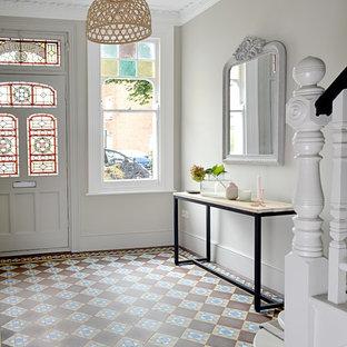 Ispirazione per un ingresso chic con pareti grigie, pavimento in terracotta, una porta singola e una porta bianca