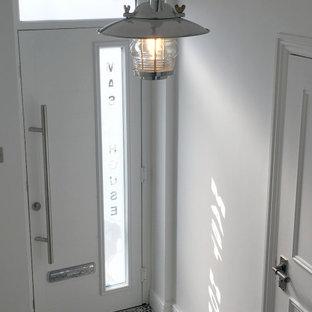 Diseño de distribuidor marinero, pequeño, con paredes blancas, suelo de baldosas de cerámica, puerta simple, puerta blanca y suelo multicolor