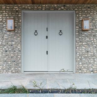 サセックスの両開きドアビーチスタイルのおしゃれな玄関ドア (グレーの壁、青いドア、青い床) の写真