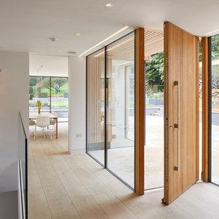Удачное сочетание для дизайна помещения: фойе в стиле модернизм с белыми стенами, светлым паркетным полом, поворотной входной дверью, входной дверью из дерева среднего тона и бежевым полом - самое интересное для вас