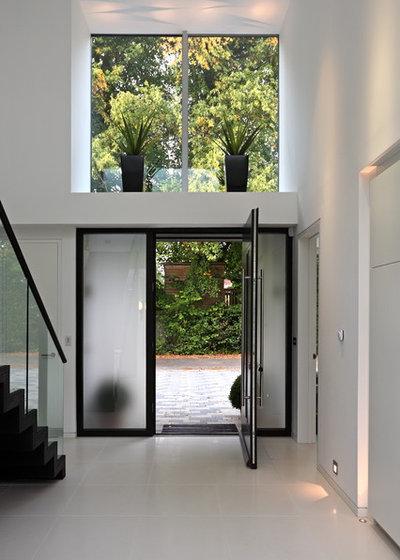 Contemporary Entrance by Nicolas Tye Architects