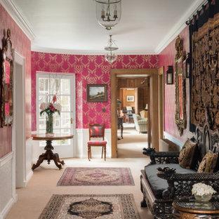 Пример оригинального дизайна: фойе в классическом стиле с розовыми стенами, ковровым покрытием, бежевым полом, панелями на стенах и обоями на стенах