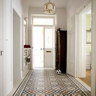 Imagen de hall clásico con paredes blancas y puerta blanca
