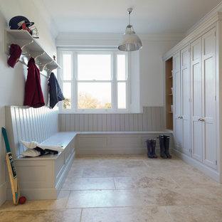 Inspiration för mellanstora klassiska kapprum, med vita väggar och travertin golv
