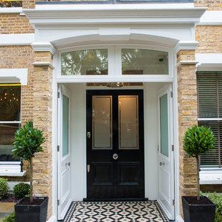 バークシャーのヴィクトリアン調のおしゃれな玄関ドア (黒いドア) の写真