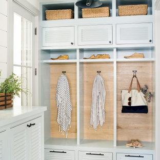 Idéer för vintage kapprum, med vita väggar och grått golv