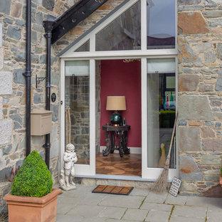 Пример оригинального дизайна: узкая прихожая среднего размера в стиле кантри с красными стенами, полом из керамической плитки, одностворчатой входной дверью, зеленой входной дверью и коричневым полом