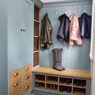 Idee per un piccolo ingresso o corridoio chic con pareti bianche, pavimento in pietra calcarea e pavimento grigio