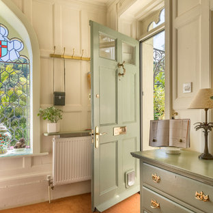 Ispirazione per un ingresso o corridoio vittoriano di medie dimensioni con pavimento in terracotta, una porta singola e una porta verde