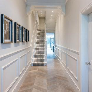 Idee per un ampio corridoio moderno con parquet chiaro e pareti bianche