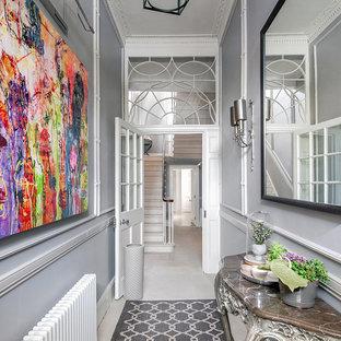 中くらいのエクレクティックスタイルのおしゃれな玄関ラウンジ (グレーの壁) の写真
