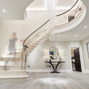 Idée de décoration pour une très grand entrée minimaliste avec un couloir, un mur blanc, un sol en bois brun, une porte double, une porte noire, un sol gris et un plafond à caissons.