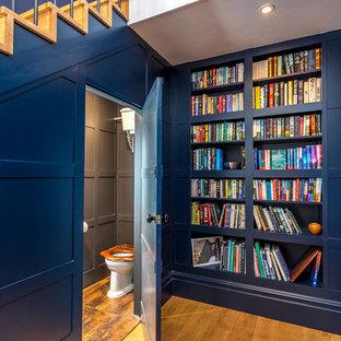 サリーの広い片開きドアエクレクティックスタイルのおしゃれな玄関ロビー (青い壁、濃色無垢フローリング、グレーのドア) の写真