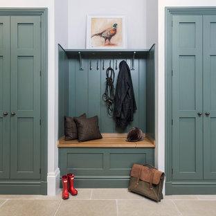 ハンプシャーの中くらいのトランジショナルスタイルのおしゃれな玄関 (ライムストーンの床) の写真