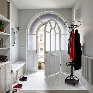 ロンドンの広い北欧スタイルのおしゃれな玄関 (ベージュの壁、テラゾーの床) の写真