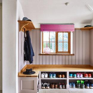 Идея дизайна: тамбур в стиле кантри с розовыми стенами и панелями на части стены
