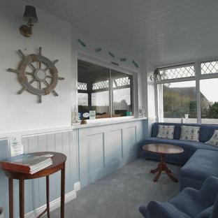 Ispirazione per un piccolo ingresso stile marino con pareti blu, moquette e pavimento grigio