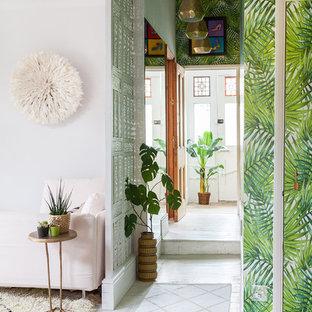 Inspiration för en liten eklektisk hall, med vita väggar, målat trägolv, en enkeldörr, ljus trädörr och vitt golv