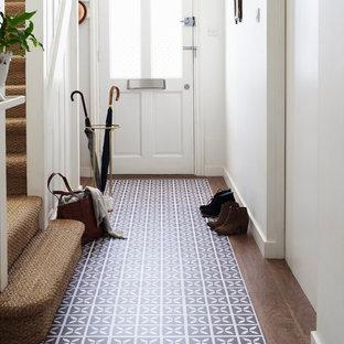 Источник вдохновения для домашнего уюта: маленькая прихожая в современном стиле с белыми стенами и полом из винила