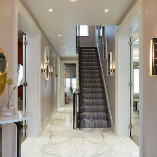 ロンドンのコンテンポラリースタイルのおしゃれな玄関 (ピンクの壁、大理石の床、白い床) の写真