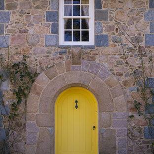 Foto de puerta principal campestre con puerta simple y puerta amarilla