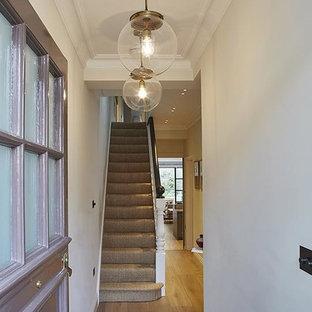 Mittelgroße Klassische Haustür mit weißer Wandfarbe, braunem Holzboden, Einzeltür und lila Tür in London
