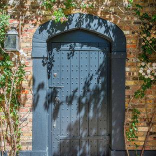 Inredning av en klassisk mellanstor ingång och ytterdörr, med röda väggar, en enkeldörr och en blå dörr