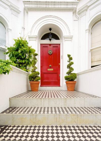 Traditional Entrance by Landmark Lofts