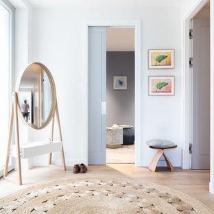 Ispirazione per un corridoio classico di medie dimensioni con pareti grigie e parquet chiaro