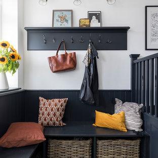 Источник вдохновения для домашнего уюта: тамбур в стиле неоклассика (современная классика) с белыми стенами и зеленым полом